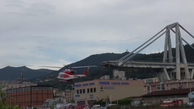 """Genova, crolla ponte Morandi. Il camionista: """"Ho visto il ponte venir giù nel retrovisore, sono vivo per miracolo"""""""