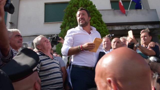 """Genova, crolla ponte Morandi. Salvini: """"Per la sicurezza assumeremo 1500 vigili del fuoco in un anno"""""""