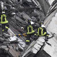 Crollo di Genova, il coraggio dei vigili del fuoco