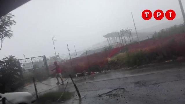 La corsa, la disperazione, la richiesta d'aiuto: i ragazzi tra le macerie del ponte, subito dopo il crollo