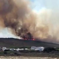 Paura a Stintino: un incendio circonda le saline