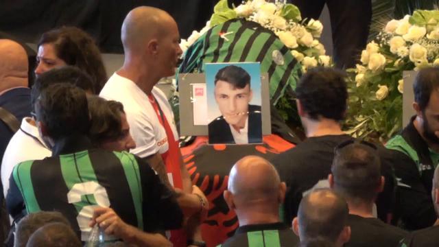 Genova, crollo del ponte Morandi: le 18 bare allineate per i funerali di Stato