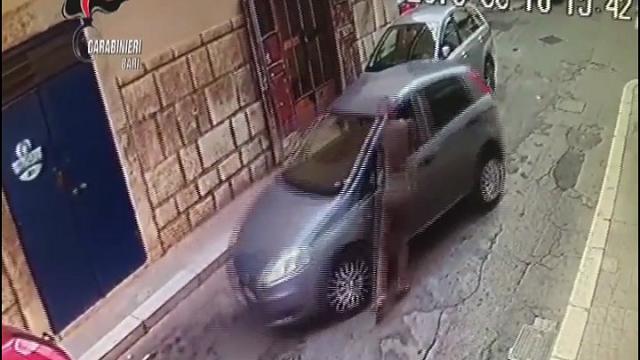 Bari, ruba auto e trascina il proprietario per venti metri: arrestato dopo la fuga