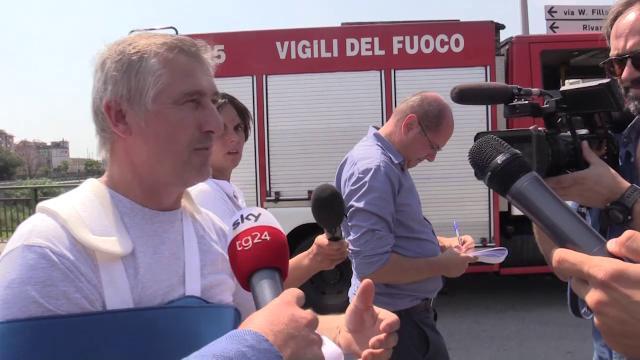 """Genova, il ritorno al ponte del camionista sopravvissuto: """"Non ho il coraggio di guardarlo"""""""