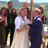 Austria, Putin va al matrimonio della ministra degli Esteri e balla con la sposa