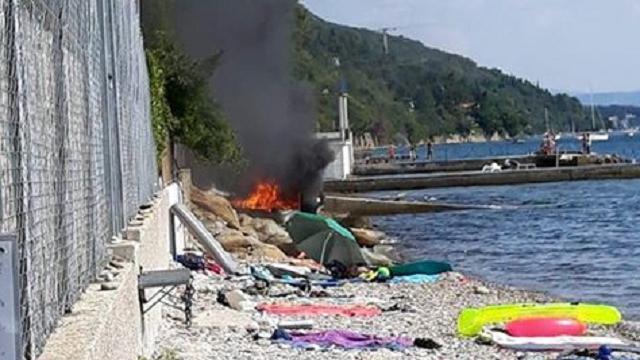 Trieste, il motoscafo impazzito brucia in spiaggia