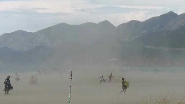 Gonnesa, un gigantesco mulinello di sabbia semina il panico in spiaggia
