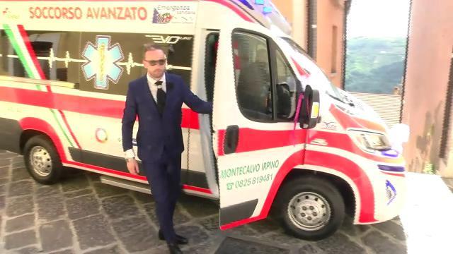 Matrimonio In Ambulanza : La sposa arriva al municipio in ambulanza è polemica video