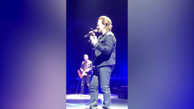 Berlino, Bono Vox perde la voce durante il concerto e si scusa: i fan cantano per lui