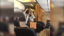 Tensione a bordo del volo Lamezia-Roma, Pupo canta 'Su di noi' e calma i passeggeri