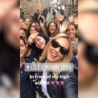 Chiara Ferragni torna nella sua Cremona: bagno di folla per la visita al vecchio liceo