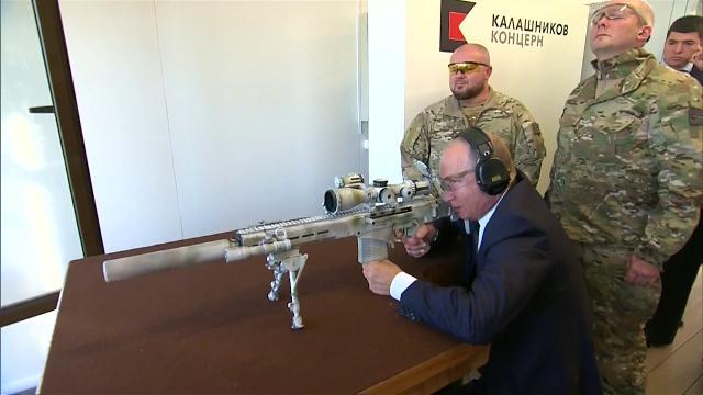 Russia, Putin nei panni del cecchino: il test dell'ultimo modello di Kalashnikov