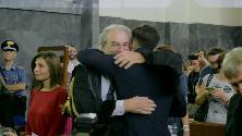 Milano, sentenza processo Corona: pugni al cielo, abbracci e poi abbandona l'aula