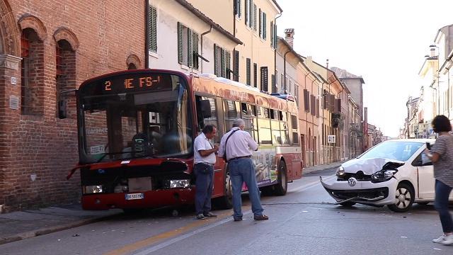 Scontro frontale fra auto e bus, chiusa via XX settembre
