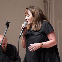 Pontedera, Gina Giani (ad di Toscana aeroporti) si esibisce in concerto