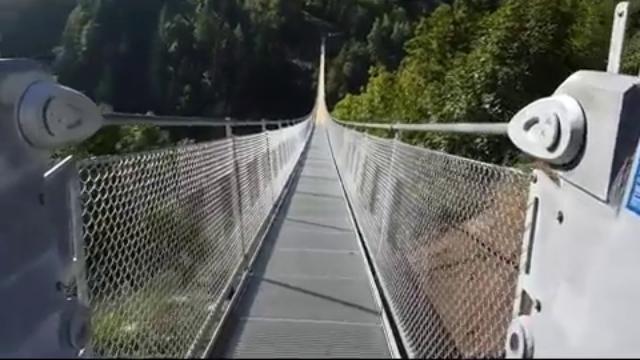 Valtellina, brividi ad alta quota inaugurato il ponte tibetano più alto d'Europa
