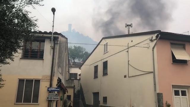 Inferno sul Monte Serra, Caprona: le fiamme sopra le case. Le grida di aiuto dei cittadini