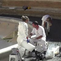 """Roma, Fontana di Trevi chiusa e a secco per lavori. I turisti: """"È bella anche senz'acqua"""""""