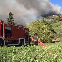 Fuoco sul monte Serra: gli elicotteri in azione