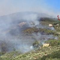 Inferno sul monte Serra: i vigili del fuoco nelle operazioni di spegnimento