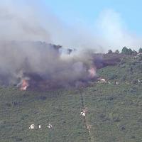 """Pisa, la """"lotta"""" di canadair ed elicotteri per spegnere le fiamme sul monte Serra"""