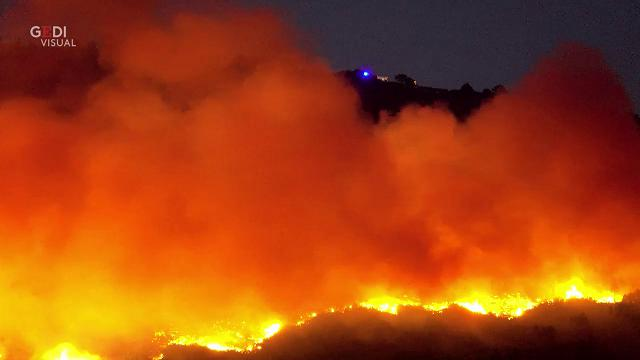 Pisa, il vento alimenta le lingue di fuoco sul monte Serra: sarà notte d'angoscia