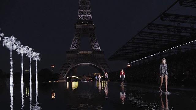 Spettacolo notturno per Saint Laurent: le modelle sfilano tra le luci della Torre Eiffel
