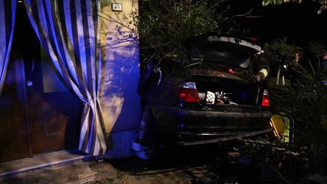 Con l'auto contro una casa, quattro feriti a Correggio