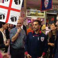 I giocatori del Cagliari portano in dono le nuove bandiere ai tifosi del mercato di San Benedetto