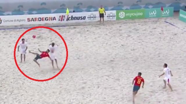 Beach soccer, acrobazia spettacolare a testa in giù: la prodezza candidata a gol dell'anno