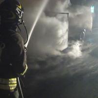 Autocarro prende fuoco in galleria, l'autista fugge a piedi