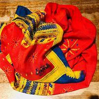 Sassari, la magia dei disegni tradizionali sardi in una collezione di foulard