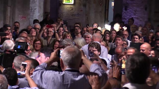 Leopolda, standing ovation per Renzi: l'arrivo tra baci e applausi sulla musica di Ritorno al Futuro