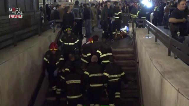 Roma, cede scala mobile nel metrò: i Vigili del Fuoco portano fuori in braccio i feriti