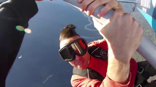 Dramma in volo: rapper precipita da un aereo