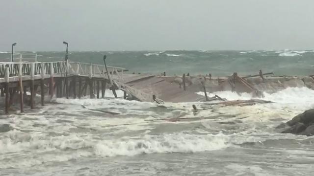 Maltempo vento sradica albero a napoli muore un enne