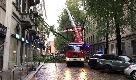 Maltempo a Milano, via De Amicis bloccata dalla caduta di un albero