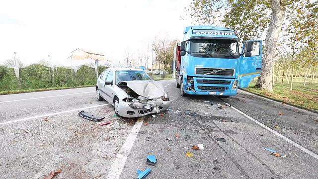 Scontro fra auto e camion, ferite due donne di Codigoro