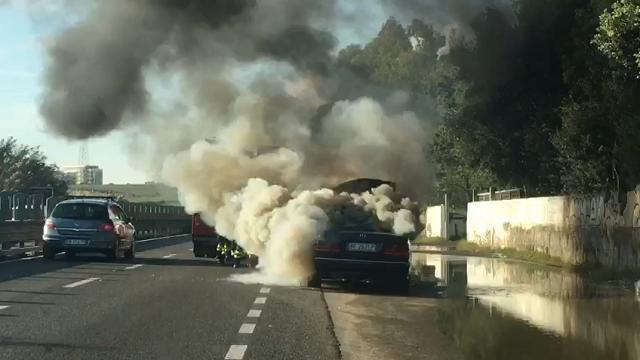Fiamme sulla 131 dir direzione Sassari: auto in marcia s'incendia all'improvviso