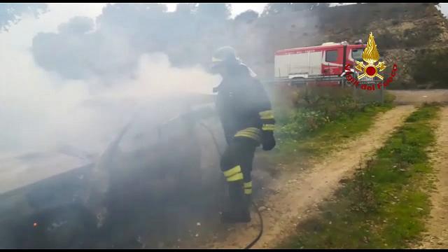 Auto in fiamme ad Alà dei Sardi, l'intervento dei vigili del fuoco