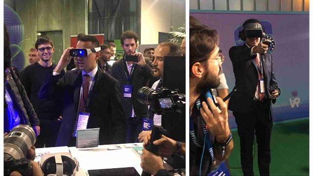 Milano, occhialoni e touch controller: Di Maio alle prese con la realtà aumentata