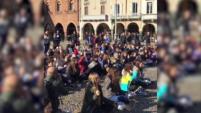 Lodi, mestoli e pentole: flash mob in piazza per i bambini immigrati