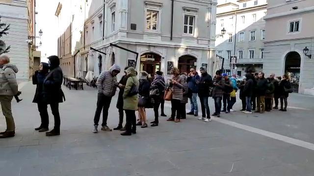 Trieste, tutti incappucciati per il freddo in attesa delle Lezioni di storia