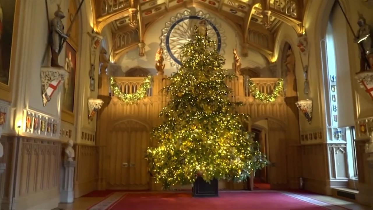 Natale a casa Windsor, alberi immensi e corone come palline: le tradizioni della famiglia reale