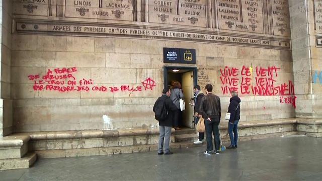 Gilet gialli, scontri con la Polizia sugli Champs-Elysees