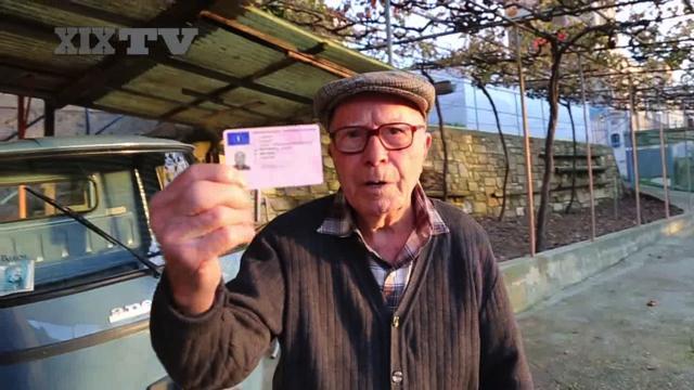 Giovanni, patente rinnovata a 98 anni: «Guidare è la mia vita»
