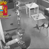 Ladro si ferisce sfondando la vetrina, preso dalla polizia