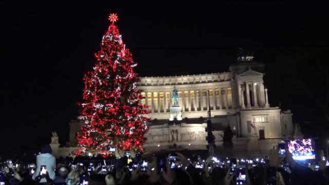 Roma, Spelacchio è tornato: la sindaca Raggi ''parla'' con l'albero di Natale