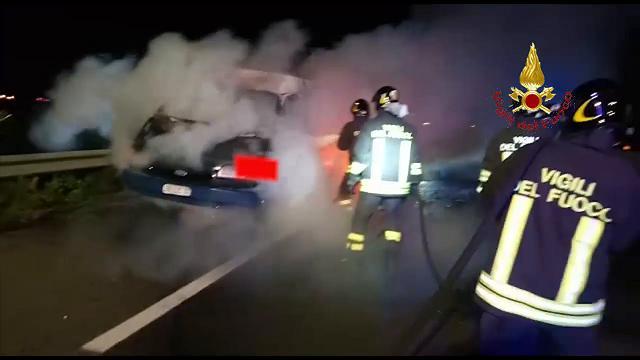 Auto in fiamme sulla Sulcitana, intervengono i vigili del fuoco