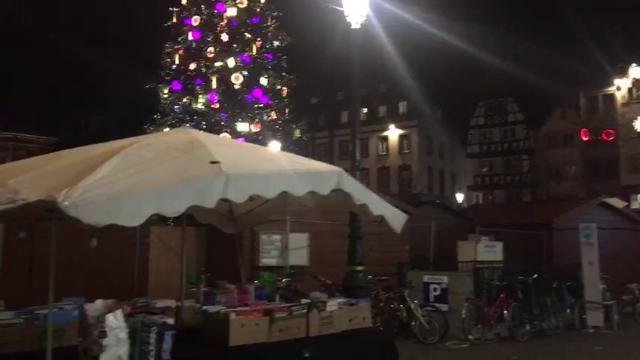 Il mercato fantasma di Strasburgo, le bancarelle natalizie abbandonate dopo la fuga per gli spari